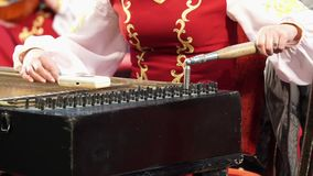 El brazo del músico que adapta los instrumentos musicales entre bastidores en el concierto metrajes
