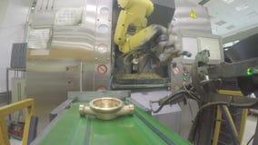 El brazo mecánico del robot pone el detalle del metro en transportador almacen de video