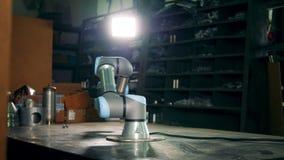 El brazo robótico gira mientras que trabaja en una planta metrajes