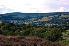 El brezo de Derbyshire encendido amarra la tierra que mira abajo del valle Fotografía de archivo libre de regalías