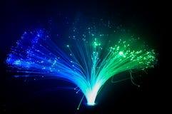 El brillar intensamente colorido luces azules y verdes imagenes de archivo