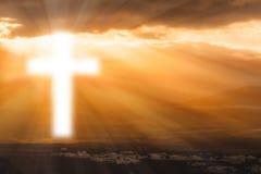 El brillar intensamente cruzado religioso en cielo Fotos de archivo