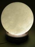 El brillar intensamente de la bola cristalina Fotografía de archivo