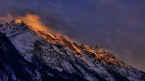 El brillar intensamente de la puesta del sol de Suiza Imágenes de archivo libres de regalías