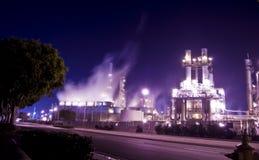 El brillar intensamente de la refinería de petróleo imagen de archivo