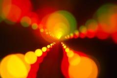 El brillar intensamente de las luces de la Navidad (fondo del movimiento de la falta de definición) Fotos de archivo libres de regalías