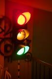 El brillar intensamente del semáforo de multicolor de verde, del rojo y del amarillo Fotografía de archivo