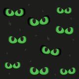 El brillar intensamente en los ojos de gato verdes fantasmagóricos oscuros Imagen de archivo libre de regalías
