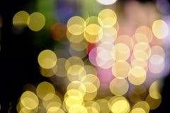 El brillar intensamente ligero del bokeh colorido en la noche oscura imagen de archivo