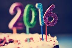El brillar numera la formación del número 2016 en una torta Foto de archivo libre de regalías