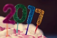 El brillar numera la formación del número 2017 en una torta Foto de archivo libre de regalías