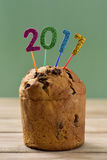 El brillar numera la formación del número 2017 en una torta Imagenes de archivo