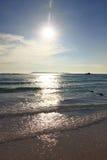 El brillo de la luz del sol abajo y ondas del mar Imágenes de archivo libres de regalías