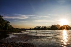 El brillo del sol a través del río de la tarde en el fondo Fotografía de archivo