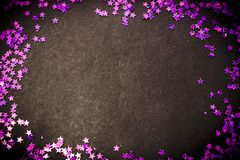 El brillo púrpura protagoniza el espacio negro del fondo y de la copia Foto de archivo