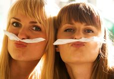 El bromear bonito de las muchachas Fotografía de archivo libre de regalías
