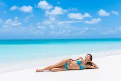 El broncear atractivo de la mujer del bikini de la partida del paraíso de la playa imagen de archivo libre de regalías