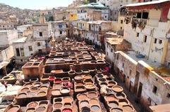 El broncear de cuero en Fes, Marruecos foto de archivo