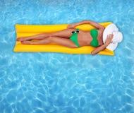 El broncear en una piscina Fotos de archivo