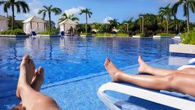 El broncear por la piscina Fotografía de archivo