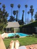 El broncear por la piscina Fotos de archivo