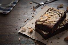 El brownie de la almendra del chocolate en la tabla de madera tiene listo a servido imágenes de archivo libres de regalías