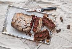 El brownie de la cereza con la almendra y el chocolate oscuro cortó en pedazos encendido fotos de archivo libres de regalías