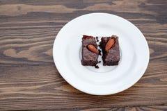 El brownie hecho en casa de la almendra del chocolate fue dividido Foto de archivo libre de regalías
