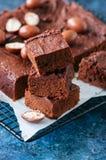 El brownie oscuro del chocolate ajusta en un estante de rejilla adornado con el cre Imagenes de archivo