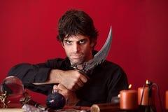 El brujo sostiene un Athame Foto de archivo libre de regalías