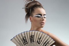 El brunette bonito en el estilo de Japón mira izquierda Fotos de archivo