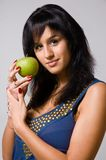 El brunette con una manzana verde Fotos de archivo