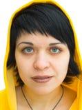 El brunette en un capo motor amarillo Fotografía de archivo libre de regalías