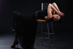 El brunette en una silla Imagenes de archivo