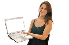 El Brunette femenino sonriente con el ordenador aisló Imagen de archivo libre de regalías