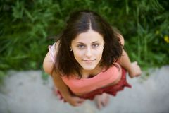 El brunette joven con los ojos azules Fotos de archivo libres de regalías