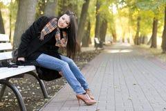 Brunette joven sonriente Foto de archivo libre de regalías