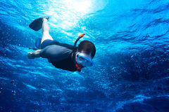 El bucear abajo en el ocea azul profundo Fotografía de archivo