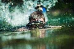 El bucear adulto joven en un río Imagenes de archivo