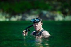 El bucear adulto joven en un río Foto de archivo