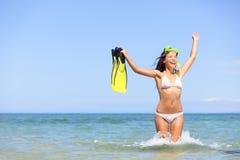 El bucear emocionado y feliz de la mujer de las vacaciones de la playa Foto de archivo