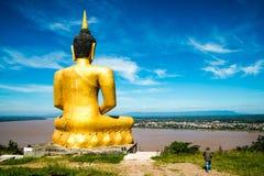 El Buda de oro en el templo del salao de Phu que pasa por alto el río Mekong y la ciudad de Pakse Fotografía de archivo