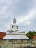 El Buda hermoso que se sienta en el cielo nublado Foto de archivo