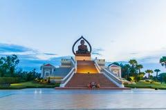 El Buda hermoso se sienta en el patio del templo en Foto de archivo