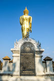 El Buda que camina Foto de archivo libre de regalías
