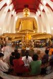 El Buda que se sienta grande famoso en templo tailandés Imagen de archivo libre de regalías