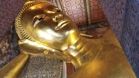 El Buddha de descanso en Wat Pho en Bangkok, Tailandia almacen de video