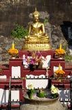 El Buddha llevó a cabo la adoración de Oblation.Thai-style Imagenes de archivo