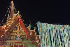 El buddhism tailandés dona billetes de banco de un dinero Imagenes de archivo
