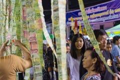 El buddhism tailandés dona billetes de banco de un dinero Fotos de archivo